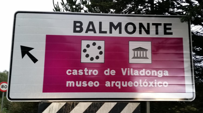 Cartel de acceso a Viladonga desde la carretera N-640