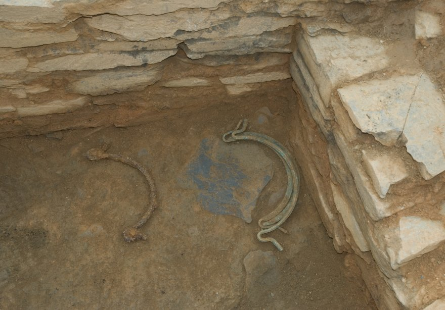 The findings continue in the Viladonga excavations. On this occasion, a set of three handles of bronze and one of iron.