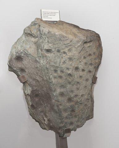 Pedra de lousa con cubetas decorativas. Necrópole tumular. Cinza da Moura. Castro de Rei.